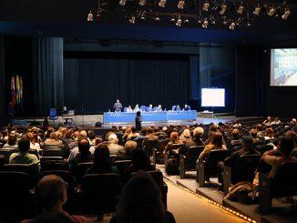 Foto do interior do auditório Garapuvu, no Centro de Eventos da UFSC com todas as cadeiras ocupadas