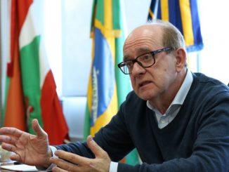 Foto do reitor da UFSC, Ubaldo Cesar Balthazar, falando em seu gabinete.