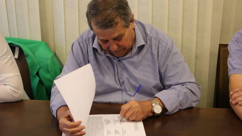 Membro do conselho fiscal assina ata de posse.