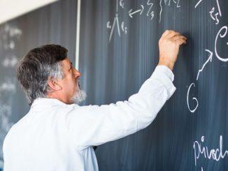 Professor escrevendo equações em uma lousa