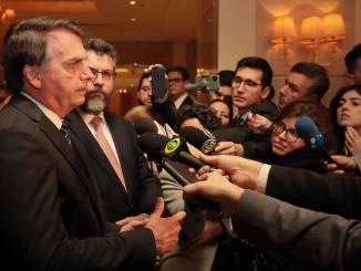 Presidente Jair Bolsonaro dá entrevista a jornalistas na China