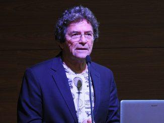 Foto que mostra o presidente do SBPC, Ildeu de Castro Moreira, falando em um microfone