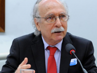 Professor da UFRJ, Luiz Antonio Cunha durante discurso na Câmara dos Deputados.