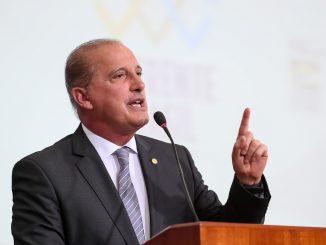 O Ministro da Casa Civil, Onyx Lorenzoni, fala ao microfone.