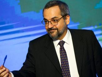 Ministro da Educação, Abraham Weintraub, com uma caneta azul na mão.