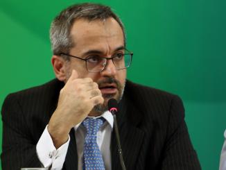 Foto do Ministro da Educação Abraham Weintraub falando ao microfone gesticulando com a mão direita em um evento do Ministério da Educação