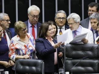 Manifesto dos reitores foi entregue à deputada Soraya Santos na sessão do Plenário.