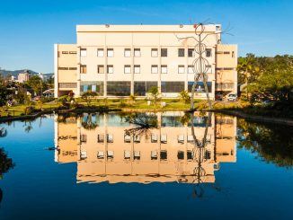 Centro de Cultura e Eventos da UFSC e seu reflexo no laguinho da universidade