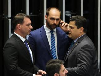 O senador Flavio Bolsonaro e o deputado Eduardo Bolsonaro, conversam com o presidente do Senado Davi Alcolumbre, durante sessão plenária para votação da reforma o sistema previdenciário.