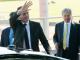 O presidente Jair Bolsonaro, seguido do ministro Paulo Guedes, acena para turistas no Palácio da Alvorada