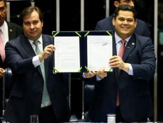 O presidente da Câmara, Rodrigo Maia, e do Senado, Davi Alcolumbre, no ato de promulgação da reforma da previdência