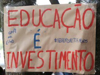 Cartaz em protesto na Unb diz: educação é investimento