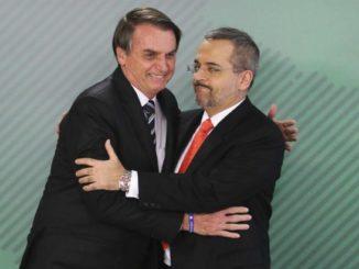 O presidente Jair Bolsonaro e o ministro Abraham Weintraub se cumprimentando.