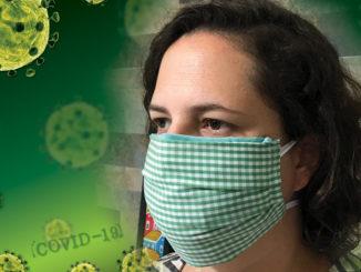 professora usa mascara fabricada pela UFSC