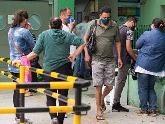 Aglomeração de parentes de internados infectados por coronavírus aguardam informações na frente do Hospital da Mooca, em São Paulo Foto: Tiago Queiroz/Estadão