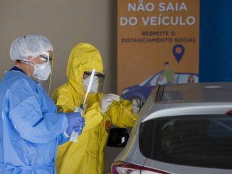 Diferença social na pandemia: Clínica Cura coleta material para teste de Covid-19 em drive-thru. Foto: Edilson Dantas / Agência O Globo