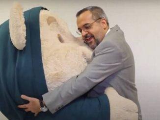 Weintraub abraçando um boneco. Reprodução