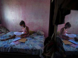 Aluna se prepara para fazer o dever de casa em um livro em pdf impresso pelo professor em Pernambuco. Foto: Leo Malafaia / AFP