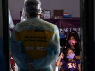 Índios marubo aguardam atendimento em Atalaia do Norte (AM): comissão aponta falta de ação do MEC para incluir indígenas na educação Foto: EVARISTO SA / AFP