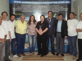 Pontes (de amarelo) e a equipe da agência de turismo; Christiane está de camiseta rosa – Foto: Divulgação