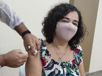 Mônica Lobato, 48, foi umas das primeiras a ser vacinada neste sábado. — Foto: Divulgação/Semed